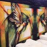 Design-Bett mit Kolibri-Kunstwerk
