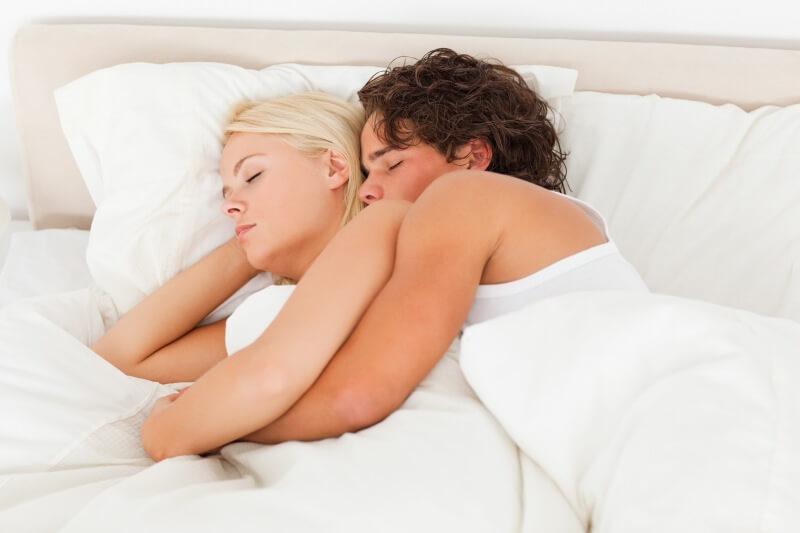 Schlafen und Kuscheln sind gesund.